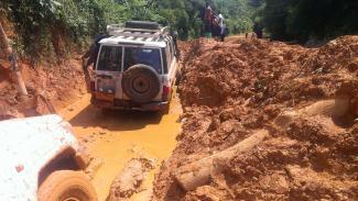 Véhicule 4x4 embourbé sur la route vers Shabunda – Photo Cluster Logistique